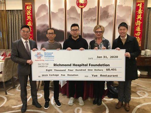 鮑粵軒捐贈全年開瓶費收益 $8,400予列治文醫院基金會