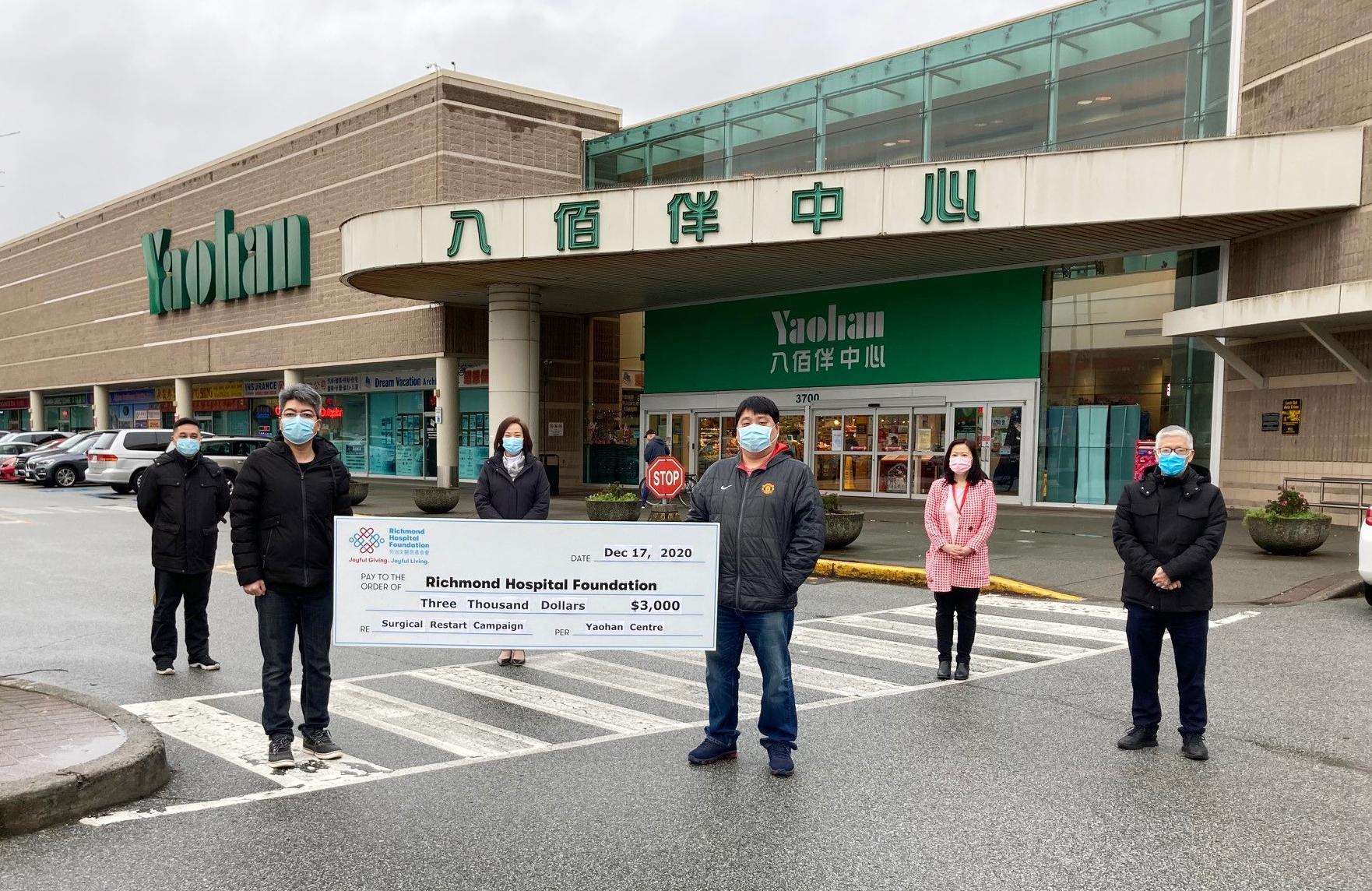 列治文八佰伴中心捐赠$3,000 予列治文医院基金会